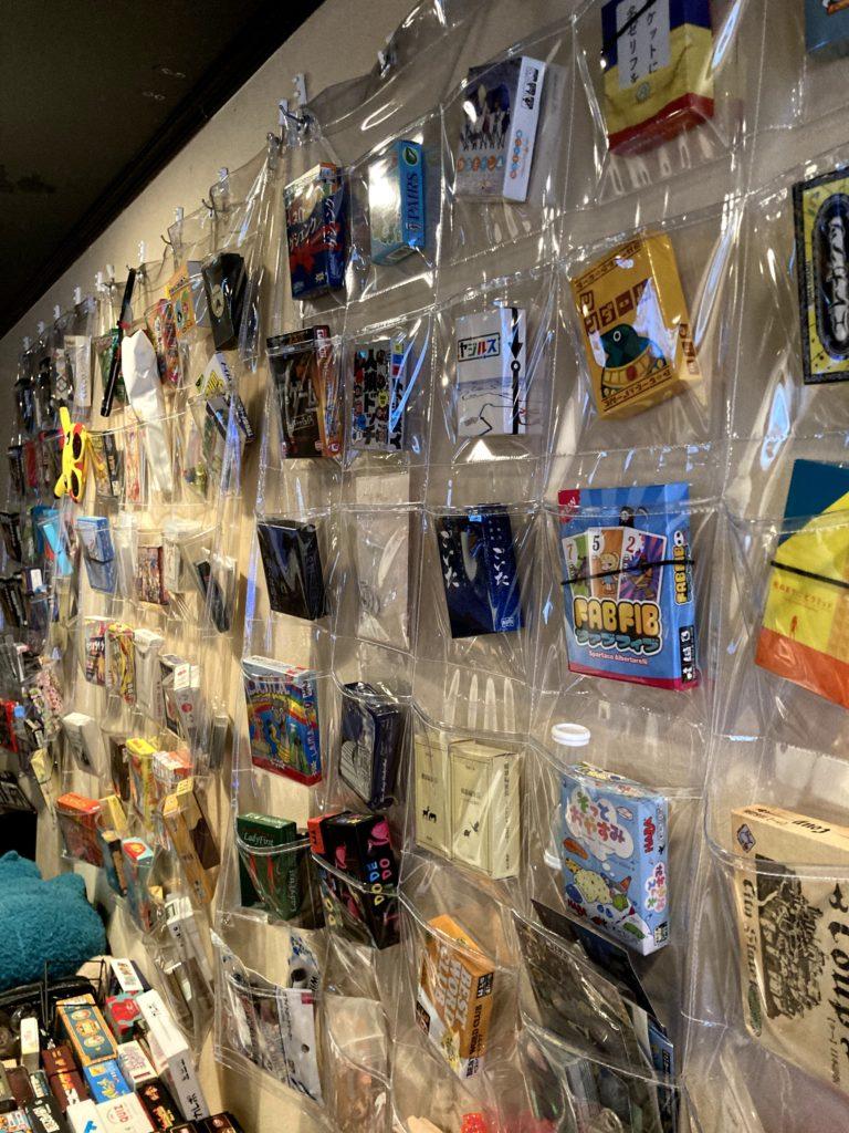 小田急町田駅近く「Game & Music Bar CAPSULE」ゲームの棚